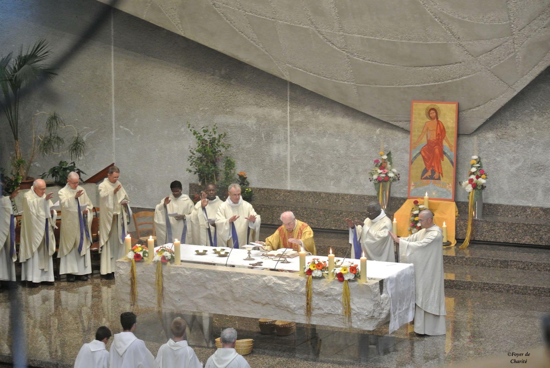 Mgr Marchand célèbre l'Eucharistie